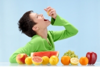 woman_eating_fruit2